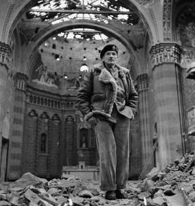 Le Général Sir Bernard L. Montgomery debout dans la nef d'une église en ruine, le 13 décembre 1943.