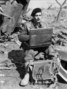 Capt. Lawren P. Harris, official war artist, sketching. Dept. of National Defence / Library and Archives Canada/ MIKAN 3216583.