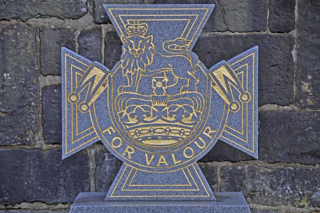Victoria Cross tombstone with words 'FOR VALOUR'